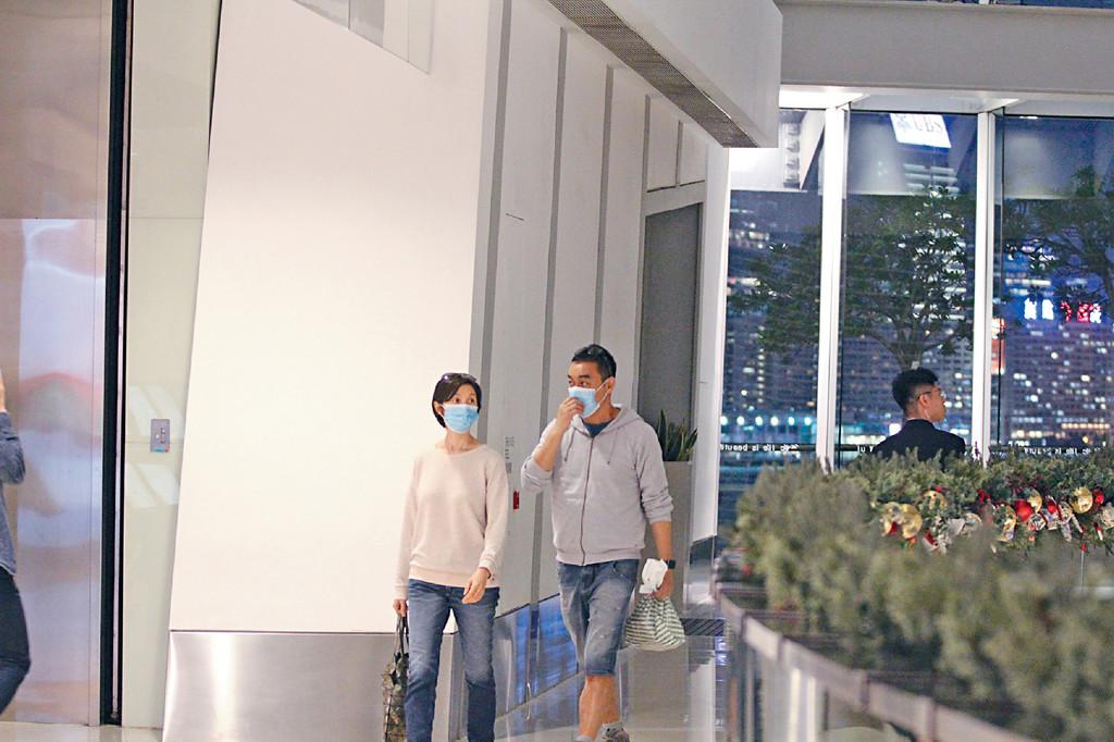 一眼認到 劉氏夫婦一出街就戴口罩,但兩人實在太易認,口罩形同虛設。
