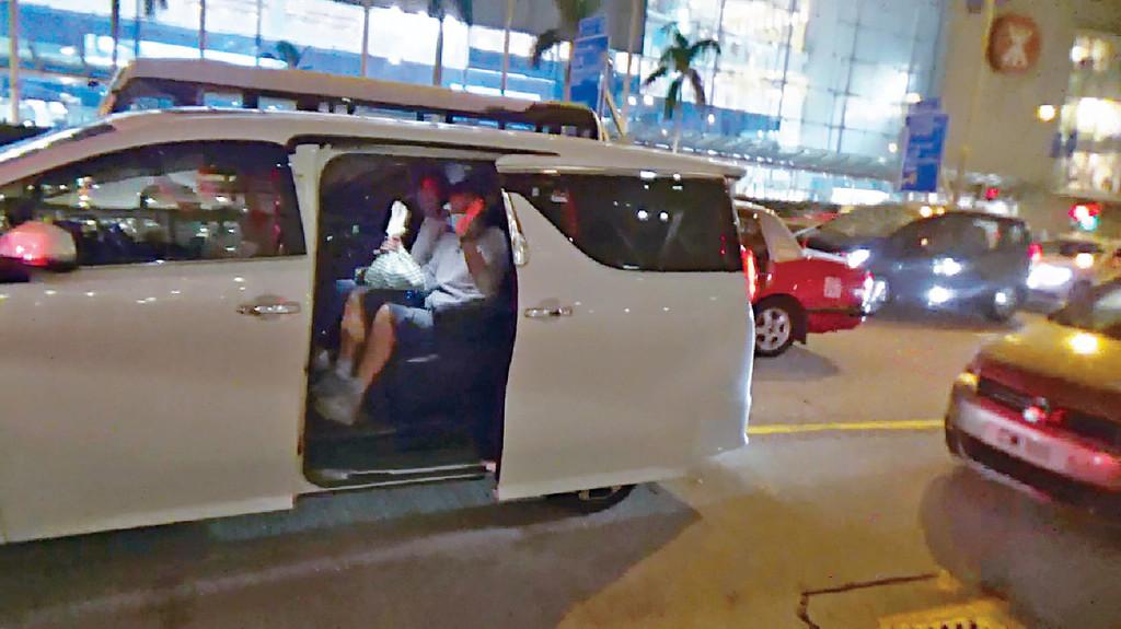揮手拜拜 食飽上車返歸,青雲夫婦同記者禮貌講拜拜。