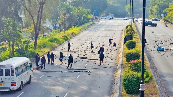 ■十多名示威者在太和路設路障,交通大受影響。