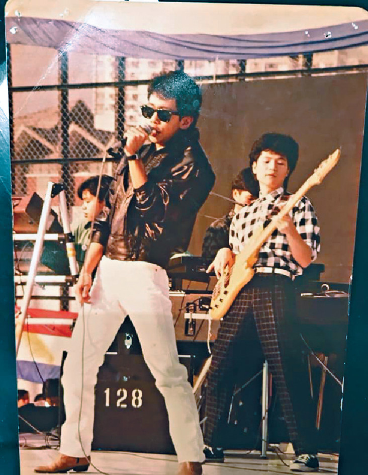 ■縱橫樂壇30年,前面唱歌的就是Joey哥。