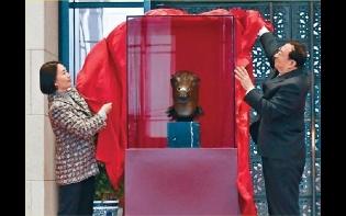 何超瓊代表賭王捐贈馬首銅像回歸圓明園