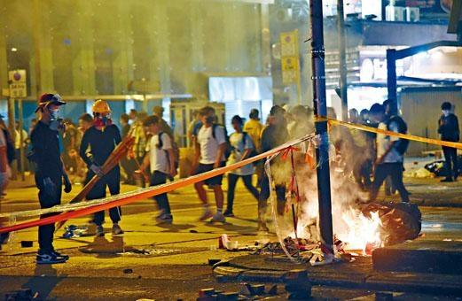 ■示威者連夜在旺角縱火堵路。
