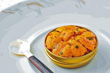 ●北海道海膽盒選用了來自日本北海道的馬糞海膽和法國科西嘉島的小紅蝦,以檸檬汁、辣椒和橄欖油調味享用。