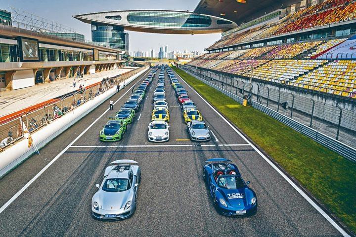 ●在上海F1賽車場舉行的第二屆Sportscar Together Day賽道嘉年華活動,吸引超過一百輛不同型號保時捷參與。