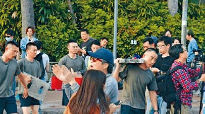 ■有市民向參與清路的軍人鼓掌致謝。