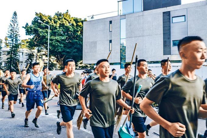 ■九龍塘駐港解放軍主動義助,協助市民清理路障。