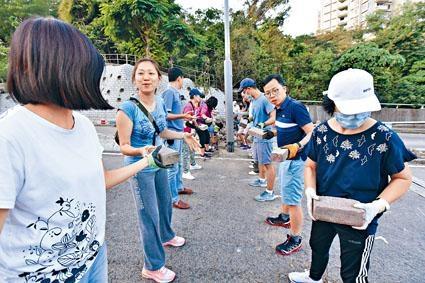 ■市民排成人鏈移走堵路石磚。