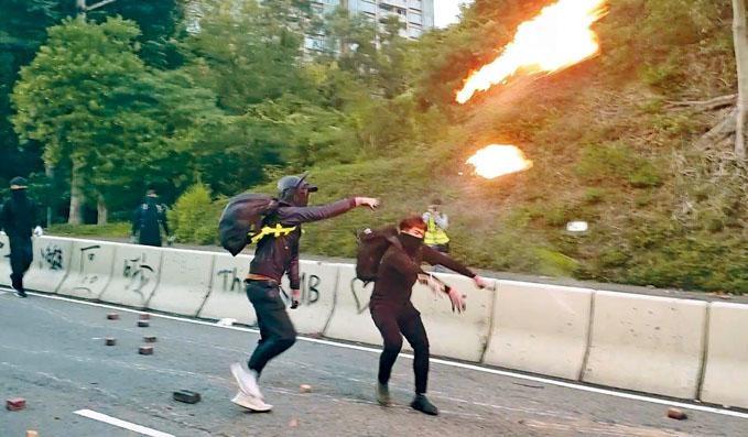 ■黑衣人在歌和老街向清路市民,狂擲汽油彈。