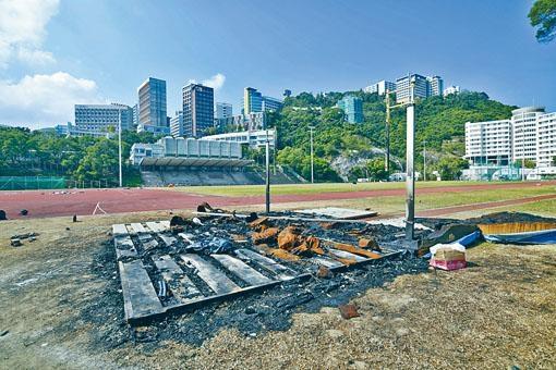 ■夏鼎基運動場留下火燒痕迹,一片荒涼。