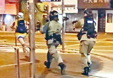 ■一名防暴警員(右)被指向商台記者(左)發射一枚海綿彈。
