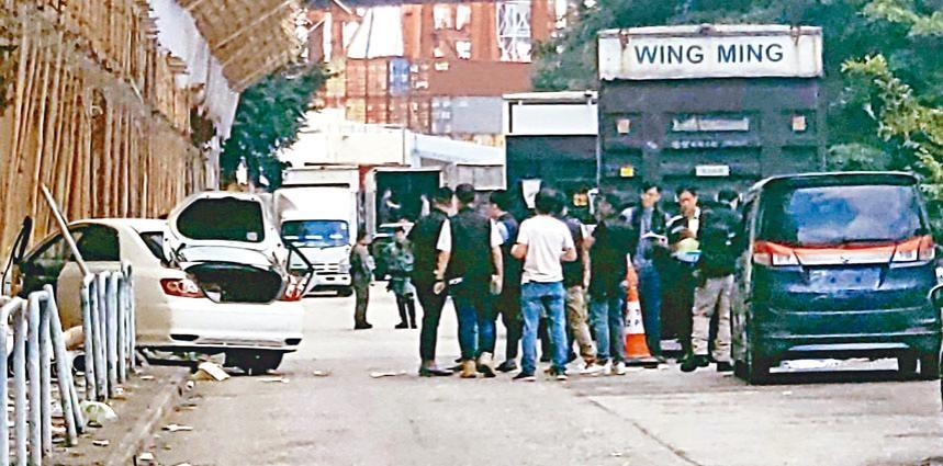 ■疑犯偷取七人車(右)車牌後,駕賊車(左)逃走時剷上行人路。