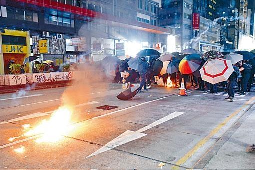 ■示威者組成傘陣,再投擲汽油彈。