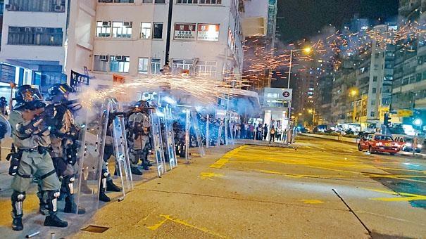 ■防暴警在彌敦道近窩打老道,施放催淚彈驅散堵路示威者。