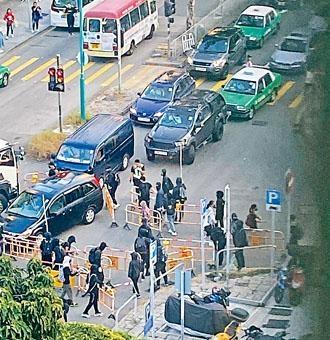 ■一批蒙面黑衣人在屯門置樂花園附近用膠馬堵路。