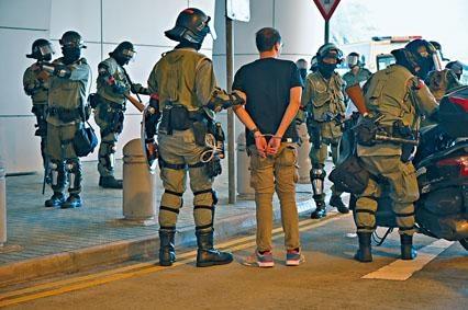 ■示威者與警方爆發衝突,防暴警在理大附近拘捕可疑人。