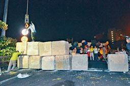 ■巨型石躉放置中大二號橋口,以防再有擲物堵公路。