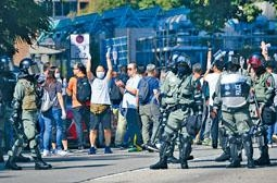 ■有自發到理大外清路障人士,向防暴警拍手以示支持。