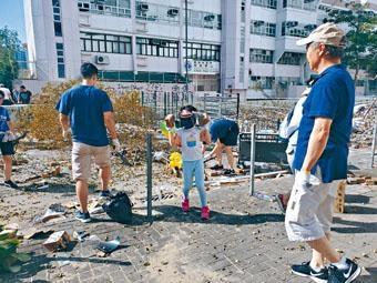 ■家長帶同小朋友到九龍塘清理路障。
