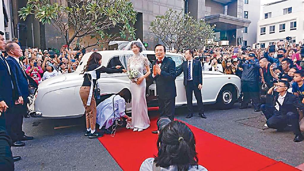 ■志玲坐名車抵全台吳氏大宗祠完婚,眾多鄉親歡迎!
