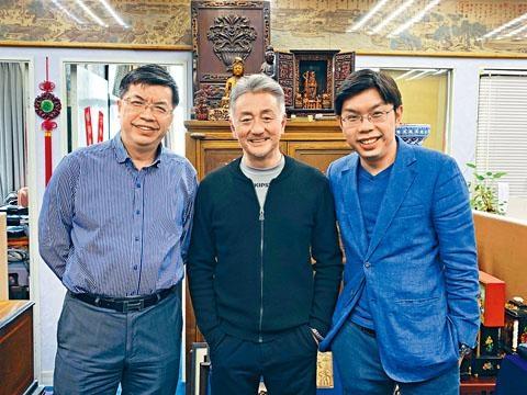 沈慧林(右)與父親沈墨寧(左)帶吳岱融參觀自己公司,並洽談合作細節。