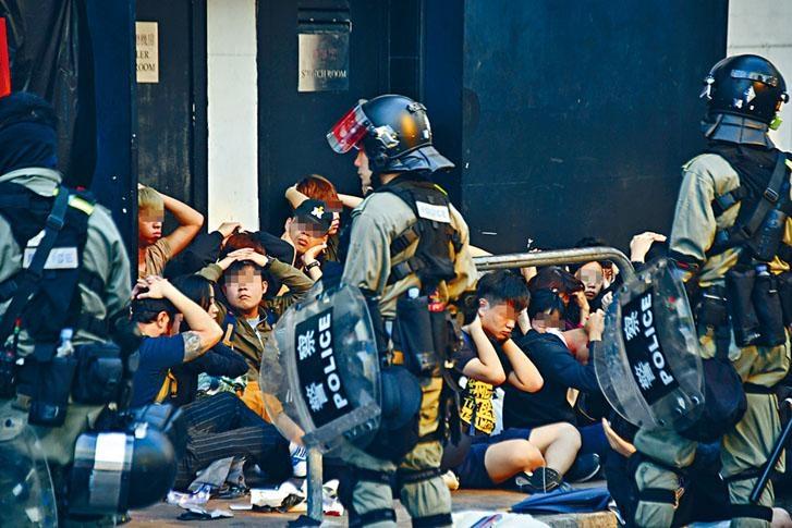 前往聲援「同路人」的示威者,未到達理大已被防暴警截查拘捕。