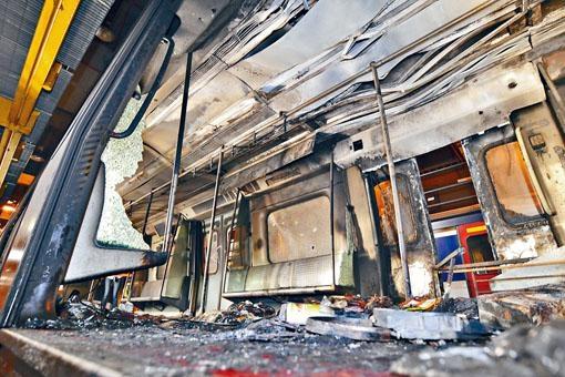 有列車被示威者投擲汽油彈,車廂嚴重損毀。