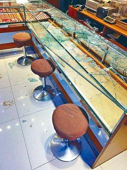 劫匪擊爆飾櫃,掠走二百五十萬元金飾。