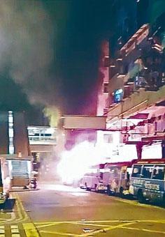 花園街巿政大廈外的小巴被縱火。