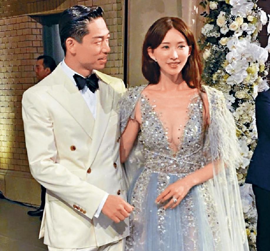 ■林志玲穿上低胸長裙出席婚宴,甜蜜的拖實老公。