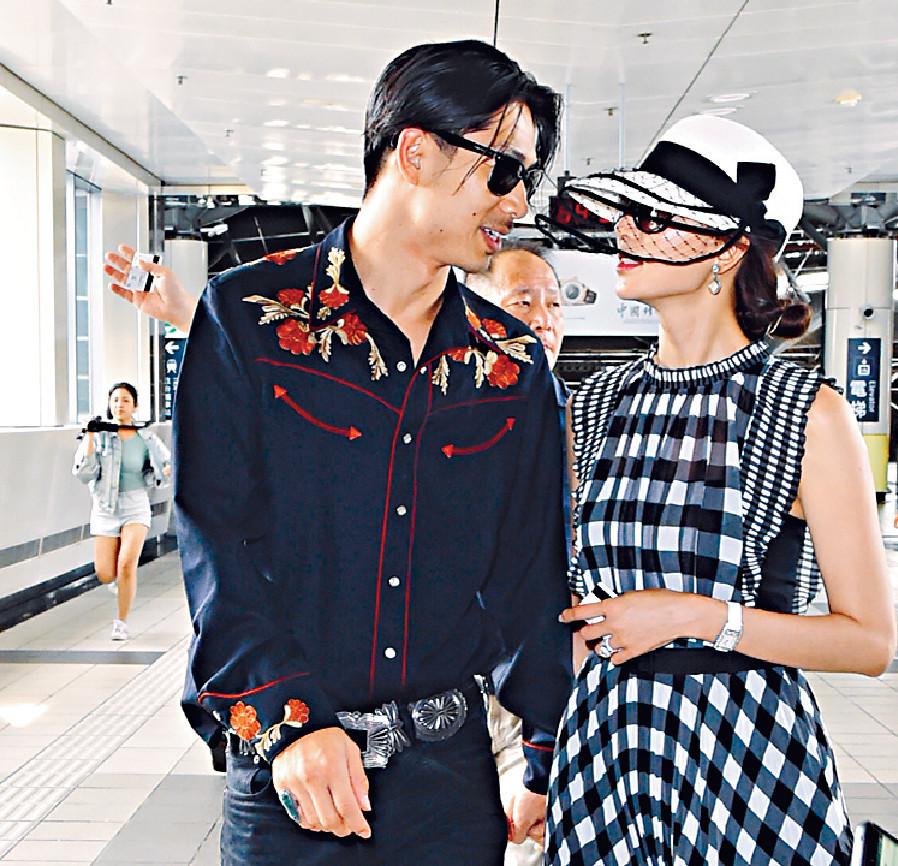 ■林志玲與AKIRA離開酒店時,相視而笑。