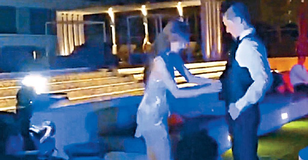 ■志玲在派對上high爆,脫去老公的西裝。
