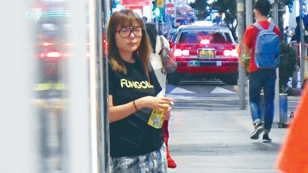 ?麻甩港女 ■杜如風挨住時裝店門口等車,個樣好唔耐煩。