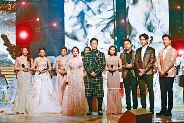 陳山聰獻唱《金宵大廈》主題曲《今宵多珍重》。