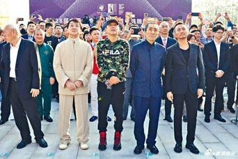 (左起)成龍、陳道明、張藝謀、張涵予等著名電影人齊見證金雞雕塑揭幕。