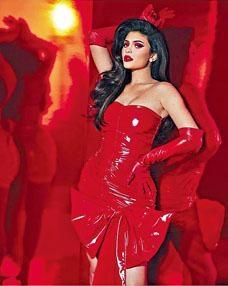 Kylie一身紅色打扮宣傳聖誕化妝品系列。