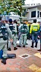 保良局李城璧中學有防暴警到場,截查校門外集會的學生。