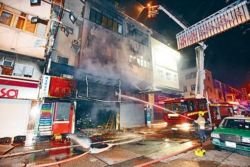 藥房被縱火焚燒,消防員開喉灌救。