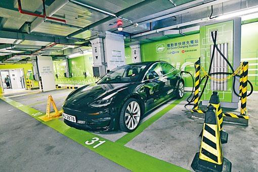 香港已登記電動私家車有一萬二千架,佔六十二萬架已登記私家車的百分之二。