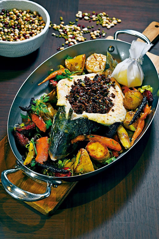 原條烤魚選用每天新鮮捕獲的鮮魚烤製,配上黑米飯及蔬菜沙律,魚肉嫩滑鮮美,讓人回味不已。