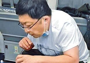 ■醫生用吸管吸出患病老人的尿液。
