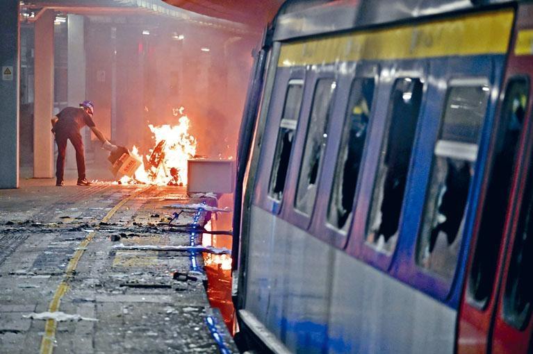 ■港鐵遭受大規模破壞,封站、停駛及提早收車不斷重演,客量急跌。