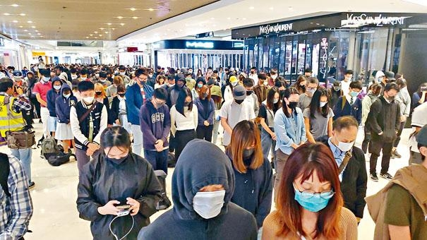 ■示威者在西鐵元朗站附近一商場,就「7‧21」事件滿四月集會叫口號。