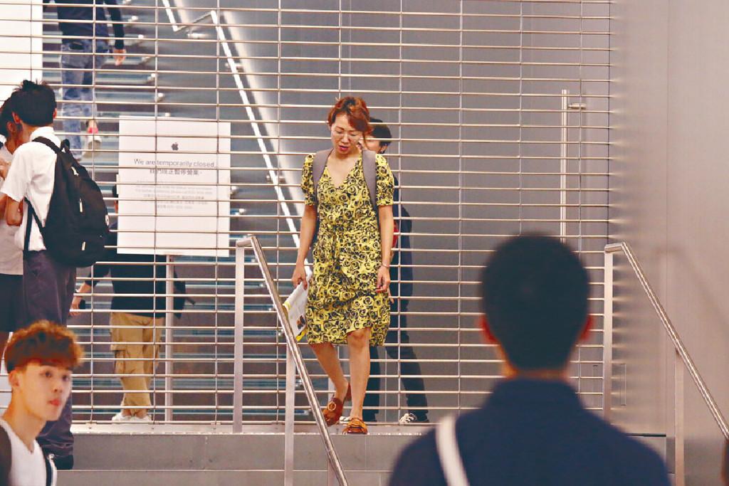 ■阿芝想去蘋果店買嘢但門已關。