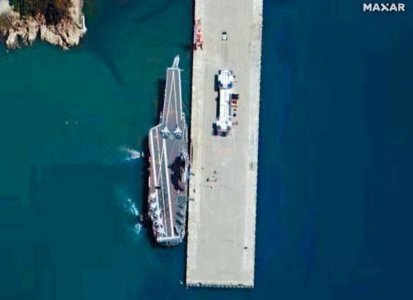 ■美國衞星拍攝到泊於海南基地的航母上已有艦載機。