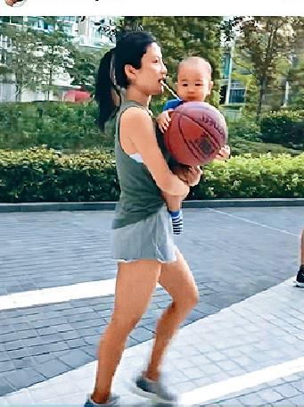 ■日前伯伯攞住個籃球唔肯放手。