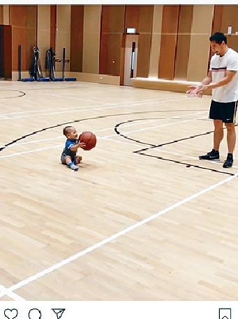 ■伯伯ig片中見到,佢坐住同爸爸玩籃球,勁可愛!