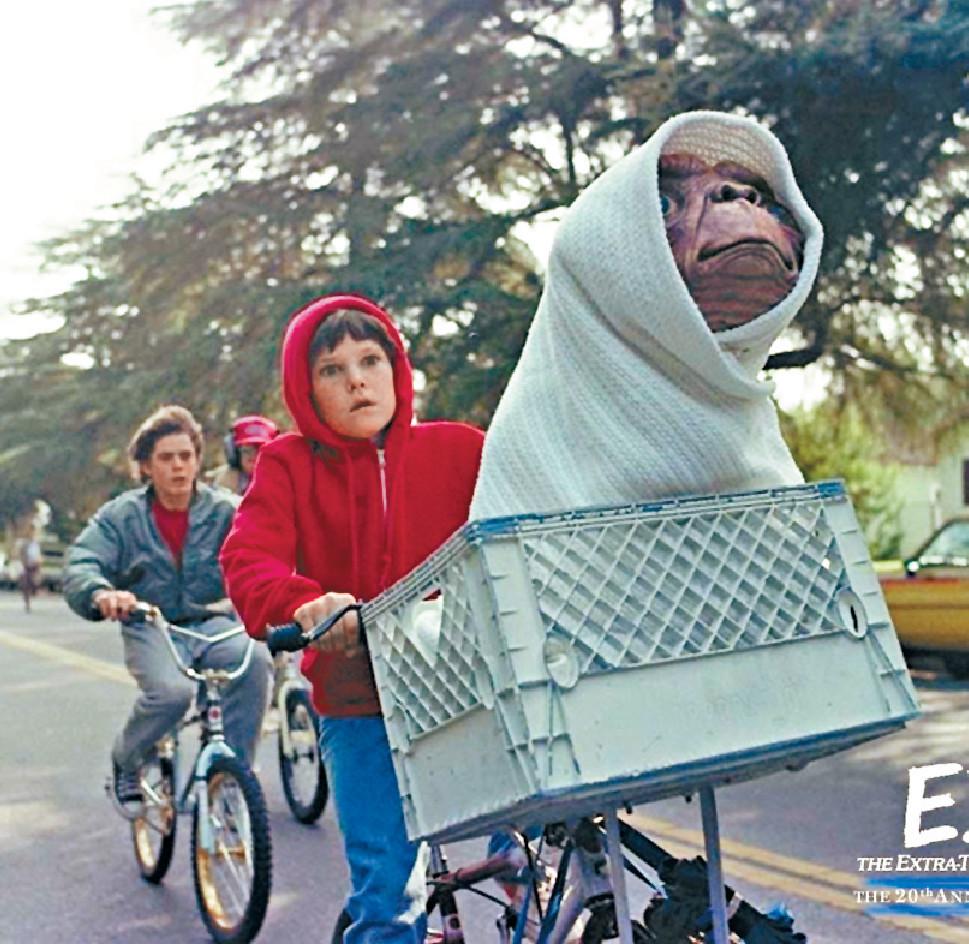 ■《E.T.》踩單車飛天一幕堪稱經典。