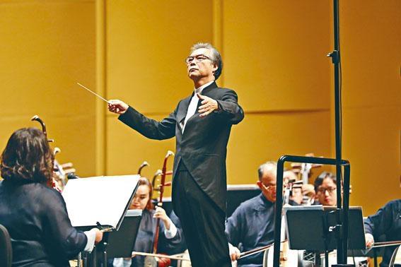 閻惠昌指揮香港中樂團在山東臨沂大劇院演出《劉邦‧項羽‧兵馬俑》音樂會。