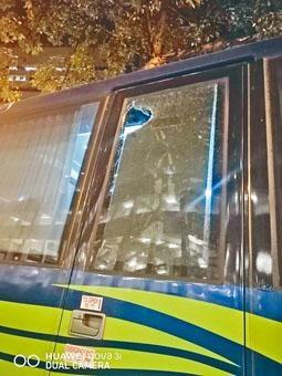 ■警用旅遊巴被人掟磚塊,穿破車窗擊傷防暴警頭部。