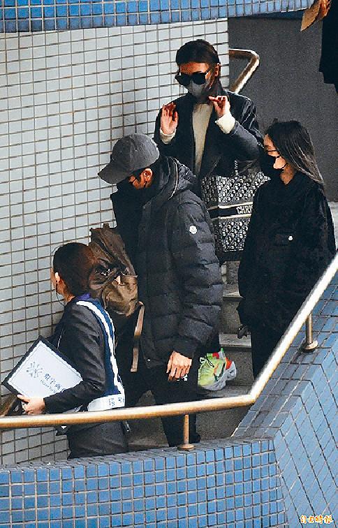 ■高以翔二哥高宇橋及生前女友Bella到機場接高以翔的靈柩。